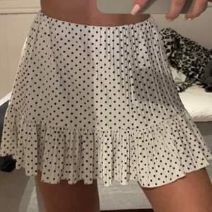 ✨INTRESSEKOLL✨                                                Funderar över att sälja min jätte fina prickiga kjol från zara💕                                           HÖGSTABUD 220+frakt