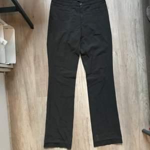 Oanvända Filippa K kostymbyxor i grå-grön färg, storlek S