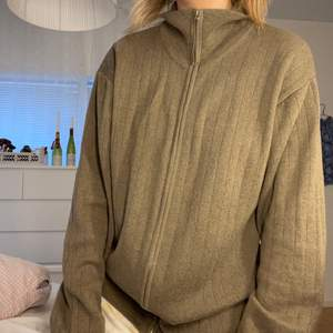 Cool zip-up tröja i storlek XL. Sitter snyggt oversized på mig som vanligtvis är storlek S! Frakt 66kr💘