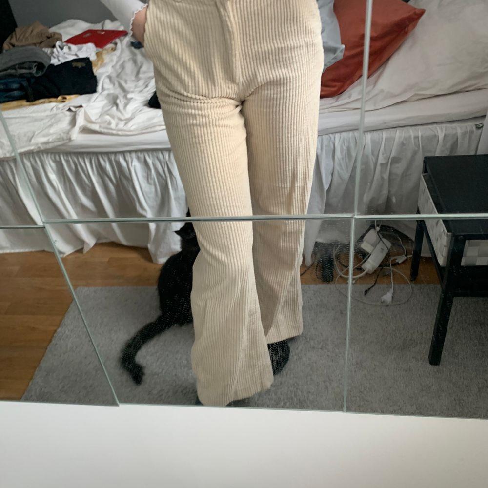 Säljer mina vita manchester byxor ifrån H&M, fint skick, jag är 165cm😋😋frakt tillkommer!. Jeans & Byxor.
