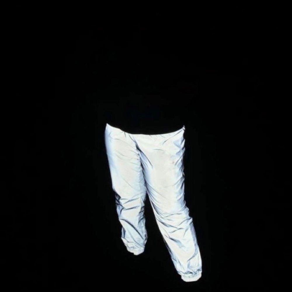 Hej! Säljer dessa super coola reflex byxor! Köpt från Shein för 179kr men säljer de för endast 50kr då de inte kommer till användning, jag har endast andvänt de 2gånger mycket varsamt! Så de är precis som nya. Det står på byxorna att de är i Storlek L men de passar mig perfekt som har storlek M, tror även att de passar storlek S, då de har resår i midjan! . Jeans & Byxor.