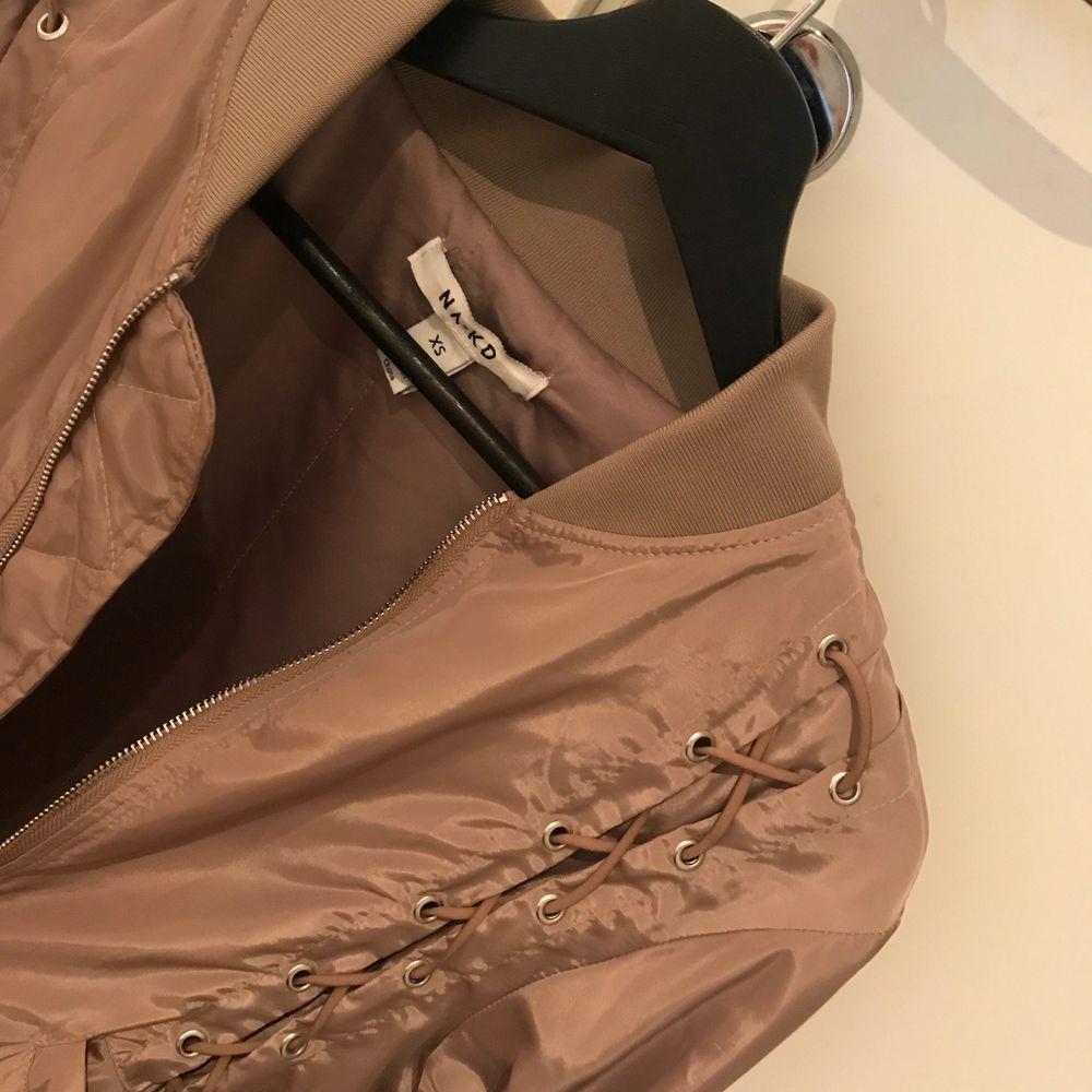Bomberjacka från na-kd. Finns dock en liten fläck på jackan som jag inte vet om den går bort (därav billigt pris) . Jackor.