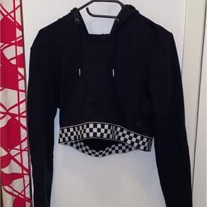 En cool hoodie från H&M i storlek M. Tröjan är väldigt thight så den sitter som en S.Om du är intresserad skicka ett pm så tar jag reda på frakten (Spårbart kostar 66kr 1kg) 💗 det går även att samfrakta om du köper flera grejer.
