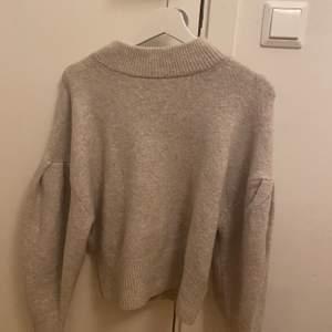 Ny trendig stickad tröja i beige från H&M. Storlek XS, prislappen kvar. Köptes för 249 kr.