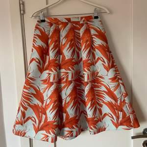 Säljer denna supersöta kjolen från hm som tyvärr inte passar mig längre. Längden på den är lite över knäna för mig som är lång.