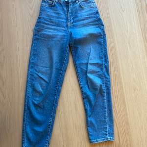 Ett par jeans från Gina tricot i strl 34 mom jeans