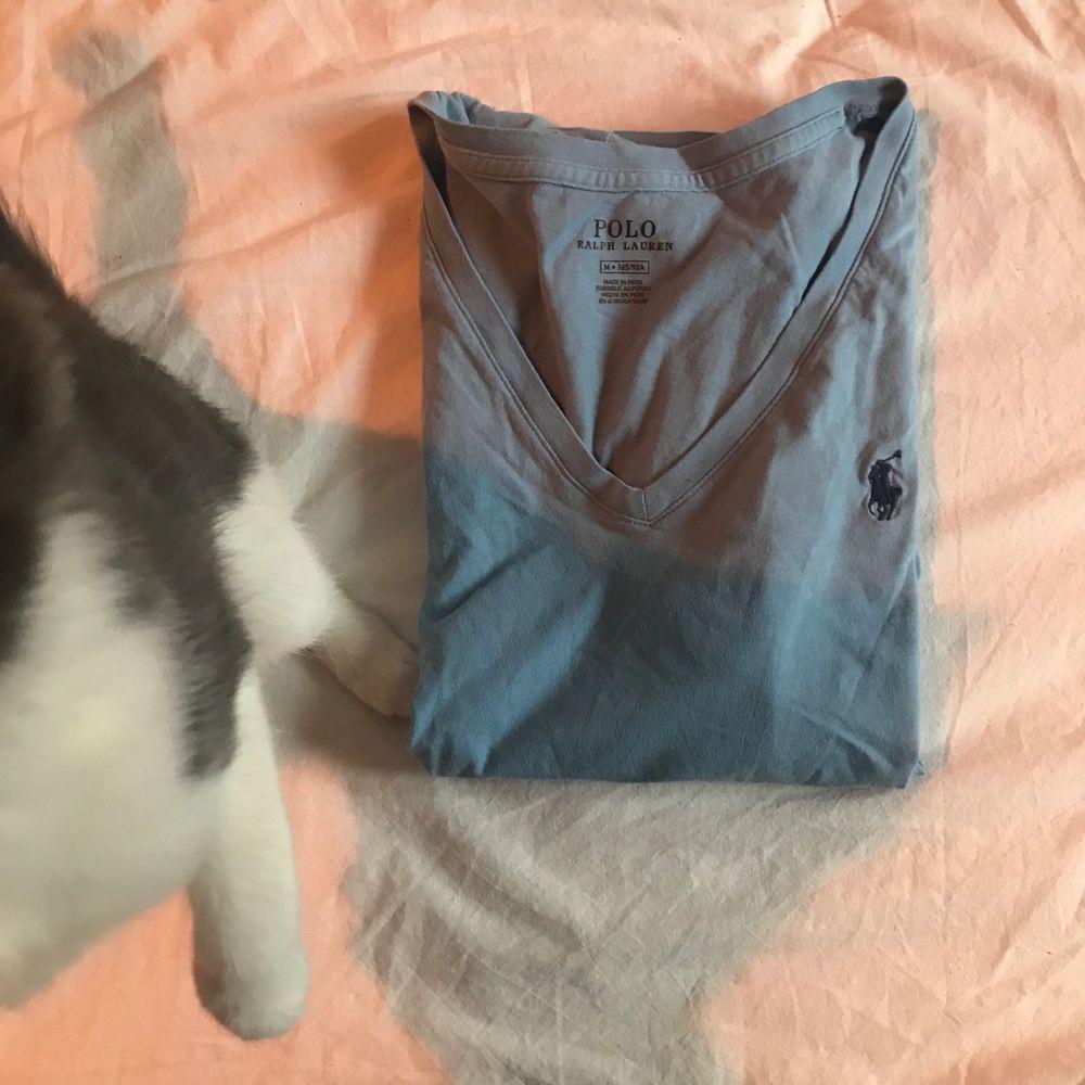Jättebra skick då jag knappt använt den! Lägger ut den här och vill ingen ha den så skänker jag den! frakt inkl i pris. T-shirts.