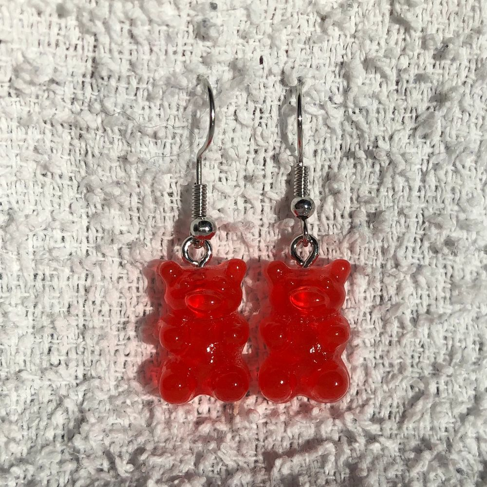 Så himla söta gummibjörnsörhängen! Just dessa är röda, men har andra annonser med andra färger! 35kr st + 12kr frakt! ✨ två röda par kvar. Accessoarer.