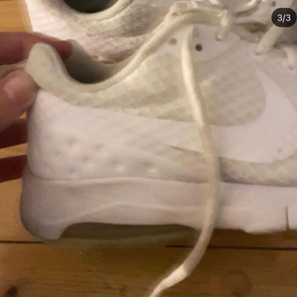 Säljer nu mina vita fina NIKE AIR sneakers så jag inte använder dem längre! 🤍. Skor.