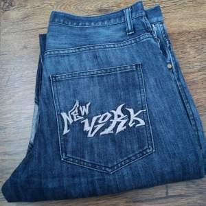 Jeans med coola detaljer. Beninnerlängd: 82 cm mätt på golvet. Midjemått mätt sida till sida: 44 cm. Bud från 150 kr. Budstopp fredag 19/2 kl 20:00. 👖💟 (Jeansen passar tyvärr inte på mig så jag kan inte skicka bild på.)