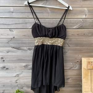 Fin svartklänning med paljetter och justerbara band. Är kort framtill och längre baktill. Passar S/M