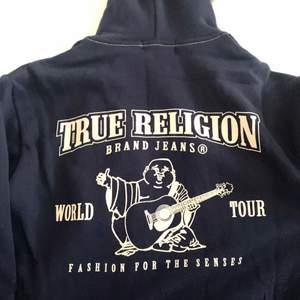True religion zip hoodie i ny skick::) köpt för ca 1k5 på deras webbsida, pris kan alltid diskutera! Köp direkt för 999 😊