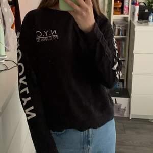 Säljer denna svarta sweatshirten med text på armarna och på bröstet. Sweatshirten är från H&M och är i storlek M. Använd ett fåtal gånger. Säljer då jag inte använder den längre. Säljs för 50kr plus frakt