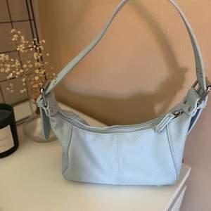 Blå väska från ASOS, använd 1 gång, är som en vanlig handväska💞💞 säljer nu för 100kr+ frakt