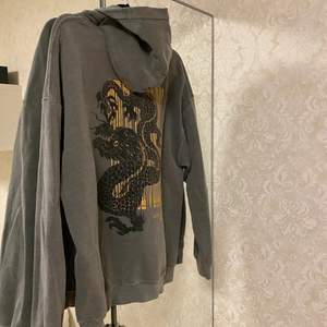 Oversized mörkgrå hoodie från Urban Outfitters, storlek M