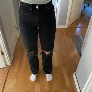 (OBS! Smutsig spegel) Säljer mina fina och helt nya svarta 90's jeans från Gina, aldrig använda så därför i ett super skick och inga defekter eller liknande. Säljs pga att de aldrig har kommit till någon användning. Nypris är 600kr⚡️ skriv privat om du har några frågor☺️🦋💕