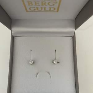 Säljer ett par äkta silver örhängen som har använts 2-3 gånger💕