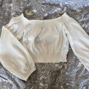 Säljer en offshoulder-croptop tröja från H&M i storlek S. Jag har inte använt den mer än 3 gånger, den är så gott som nyskick:) Pris kan såklart diskuteras:) Möts upp i Malmö eller så står köparen för frakten:)