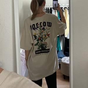 Tshirt från hm i storlek xl, jag brukar ha strl xxs-xs o den sitter oversize på mig