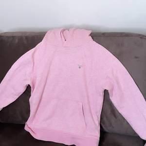 Snygg Gant hoodie från KidsBrandStore, fick hoodien för ett år sedan men bara använd någon enstaka gång. Hoodien är i bra skick. Vet inte vad hoodien kostade från början men jag säljer den för 150 kr.