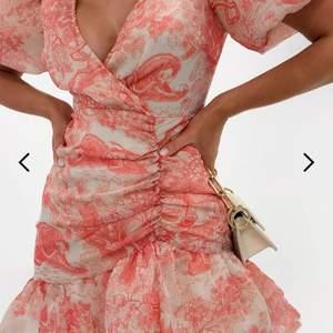 Letar du efter en vacker sommarklänning? Jag har en över! Jag säljer nu en rosa mönstrad klänning med puffärmar från missguided då den är för liten för mig, klänningen är i storlek 38 men den är väldigt liten i storlek så skulle säga att den passar storlek xs-s. (34-36)  Prislappen sitter fortfarande kvar och första bud ligger på 200 kr, ordinariepris är 350 kr.