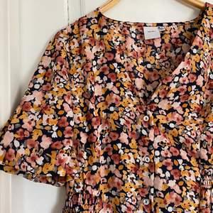 En superfin långklänning i storlek 38. Den är endast provad. Tyvärr för stor för mig. Knappar längst klänningen. Märket är ICHI. Vill du köpa, skicka ett meddelande!