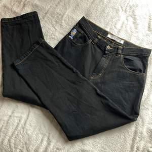 Dessa byxor var från början mörkblå denim men färgade dom svarta! (Blev en speciell färg då man typ kan skymta den blåa färgen igenom den svarta) Midjan mätt rätt över är cirka 44cm. För stora för mig och som många andra jeans så töjer dom sig vid användning.