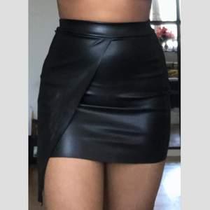 Läder kjol med bra skick från Boohoo strl 36, använd endast en gång