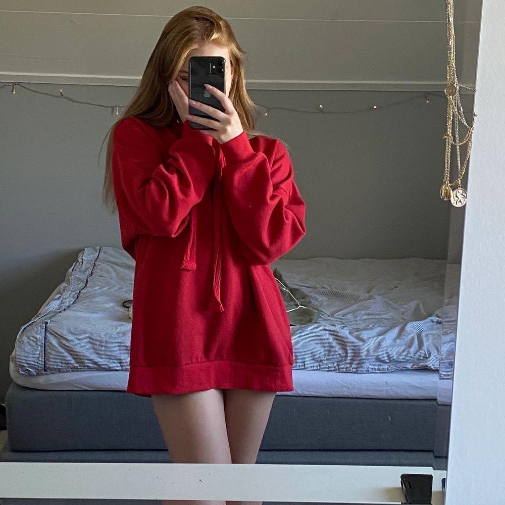 Säljer denna röda oversized hoodien från BikBok i storlek s för 150kr plus frakt🥰. Huvtröjor & Träningströjor.
