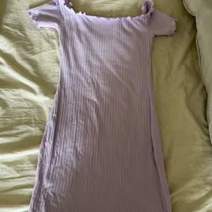 Ribbad klänning i en pastell lila nyans💜💜💜💜💜💜💜💜stretch o tunt material!! Storlekslapp bortklippt men passar xs-s typ
