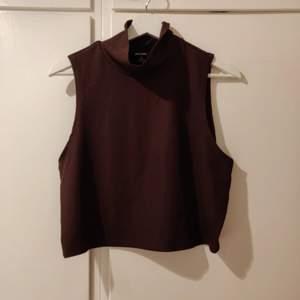Brun turtelneck top från Monki✨ Toppen är gjord i ett stretchigt tyg och passar perfekt till både jeans och kjol. Toppen är oanvänd och i fint skick✨ Hör av dig vid intresse och för bättre bilder:)