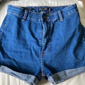 Mörkblåa high waisted jeansshorts från Bershka, nytt skick