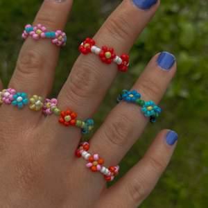 Säljer egen-gjorda ringar, man kan antingen köpa en ring man ser på bilden eller välja egen design🌈 15kr/st, ❗️tillkommer frakt får man betala de själv❗️ 🤍
