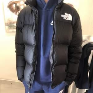 Hjälper min lille bror att sälja hans Dunjacka från The North Face. Köpt på Zalando för 1 695 i storlek 164 vilket motsvarar xs, jackan är junior och passar därför  både tjejer och killar, kom privat för fler bilder eller om du har några frågor❣️Jackan är i ett bra skick