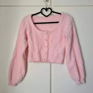 Fluffig tröja från shein. Använd men fint skick. Inga knappar, blommorna är endast dekorativa   Passar dom flesta storlekarna då den är stretchig.  180 + frakt