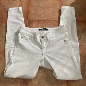 Vita tajta Lågmidjade jeans från Bikbok storlek xs.