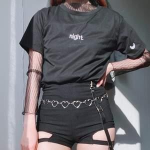 """säljer en snygg koreansk """"night"""" t-shirt med en månde på högra ärm 💖 enkel men snygg!"""