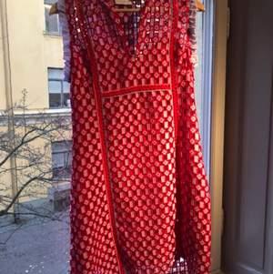 Säljer min helt oanvända sandro klänning i storlek 36, superfina färger men som jag helt enkelt aldrig fått användning av :(. Nypris ungefär 4000kr, säljer för 1800