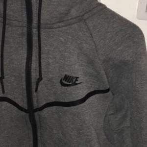 Nike tech tröja med luva, tröjan är i fint skick!  Modellen säljs inte längre och den är köpt för 1200 ny. Köpare står för frakt.                                                             Kan mötas upp i sthlm
