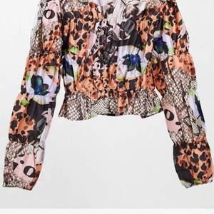 Säljer denna underbara tröja köpt på asos endast använd en gång!!!! ✨
