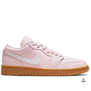 "Jordan 1 low ""arctic pink gum""  Storlek: 40,5  Pris: 1199kr ink frakt  Skickas spårbar med postnord Referens finns!"