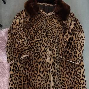 Skitsnygg leopard jacka, behövs sys på insidan annars i bra skick!
