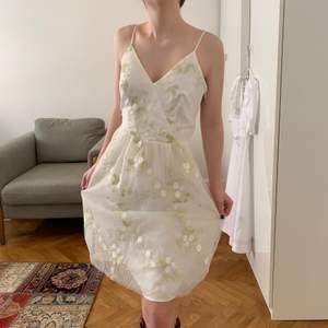 Fin och lyxig Esprit klänning till ett litet uppklädda tillfällen som till studenten, skolavslutningen eller till en varm sommardag! Kan mötas upp vid st Erik eller skika, köparen står för frakten<3