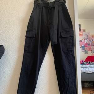 Ett par svarta jätte coola byxor ifrån MISSÄY i Nordstan. Andvända 1 gång och är i bra skick. Säljer pågrund av för små. Köparen står för frakt💘