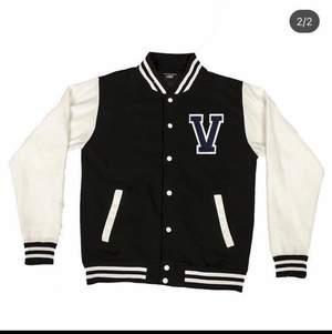 Sällsynt Verborgen Studios Varsity Jacket, använd 2-3 gånger men inga tecken på användning, Storlek L