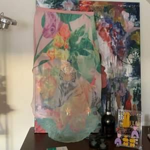Världens häftigaste kjol från H&M. Kort där fram och längre där bak. Jättecoolt mönster med en tiger där bak!! Storlek 34, men mycket resår i midjan och passar en 38 också. Använd ett fåtal gånger. En fläck där bak nära resåren, se bild 3. Syns dock inte då den smälter in i mönstret, går säkert att ta väck!🥳