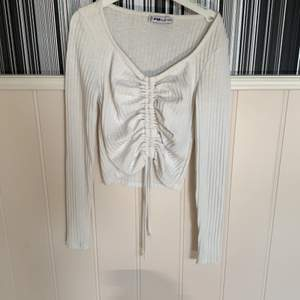 Superfin vit tröja med ett smärre i mitten man kan dra åt. 😍💕 Jag har använt den ca 5 gånger men fortfarande i bra skick. 🔥