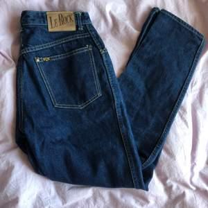 Fina mörklblå LE ROCK jeans i storlek 36/38. Köpta för 250kr seconhand. Passar bra i midjan och är supersnygga om man gillar 80-talsjeans. Jag är 174cm lång och byxorna är i bra längd för mig. Köparen står för frakt.