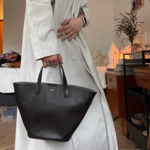 Väska från Wera i en väldigt fin kall brun färg. Har någon superliten fläck på framsidan, förstör dock inte helheleten! Nypris låg på runt 600, mitt pris 250kr+frakt🍒🌞