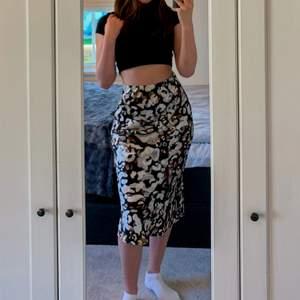 Säljer denna jättefina blommiga kjol som passar perfekt nu till sommaren! Om det är flera intresserade så blir det budgivning i kommentarsfältet. Vid frågor osv så är det bara att kontakta mig privat!☺️